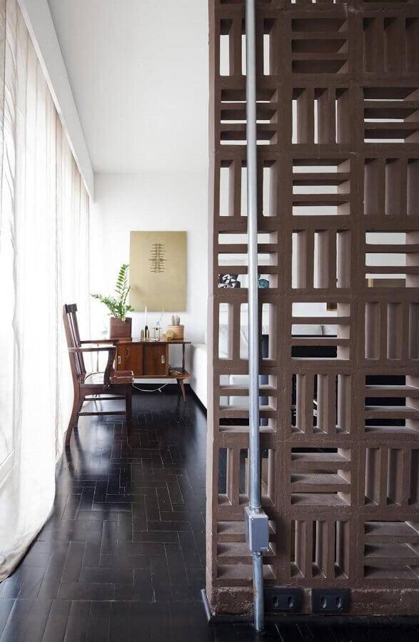 sala de estar decorada com parede de cobogó de concreto Foto Filipe Ramos