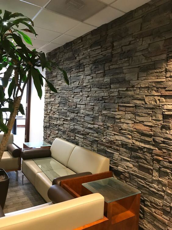 Sala de estar rústica com pedras decorativas