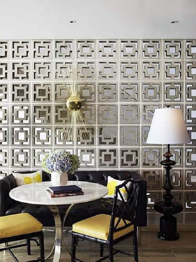 sala decorada com parede de cobogó de concreto Foto Greg Natale