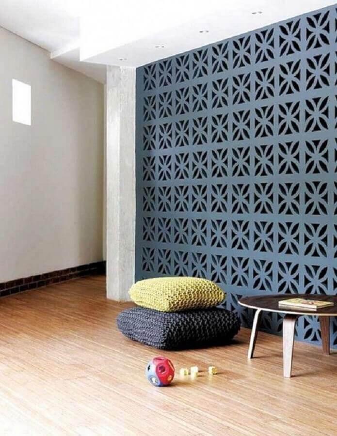 sala decorada com parede de cobogó e piso de madeira Foto Pinterest