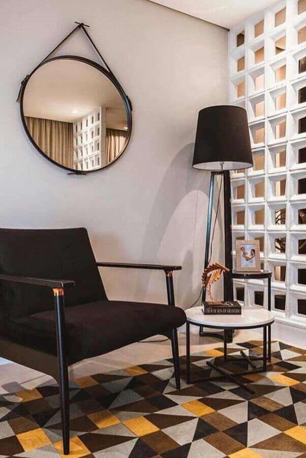 sala decorada com piso colorido espelho redondo e parede de cobogó brando Foto Neu dekoration stile