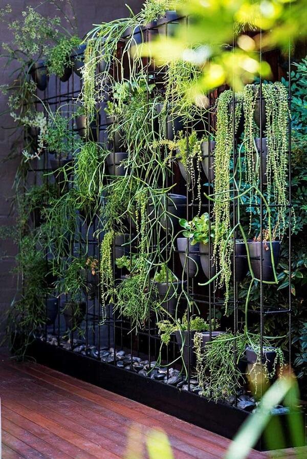 As colunas de aço ajudam a manter o jardim suspenso no espaço