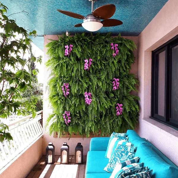 As orquídeas do jardim suspenso trazem um toque de cor ao ambiente