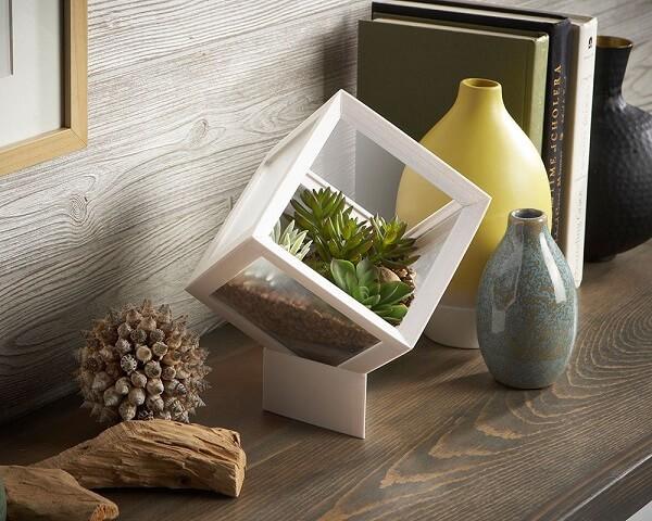 Decoração criativa com terrário em formato de cubo
