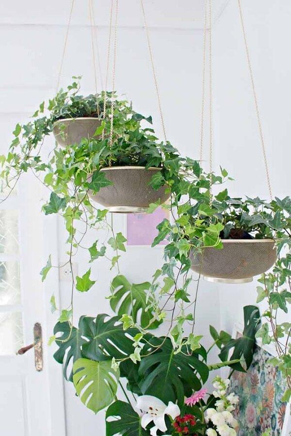Nesse jardim suspenso cada vaso conta com uma altura diferente