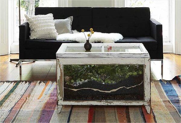 O caixote de vidro acomoda um lindo terrário