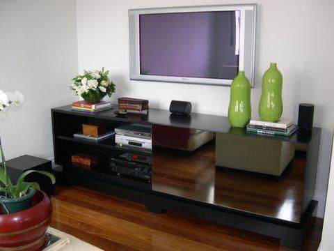 Rack para sala de estar com design espelhado