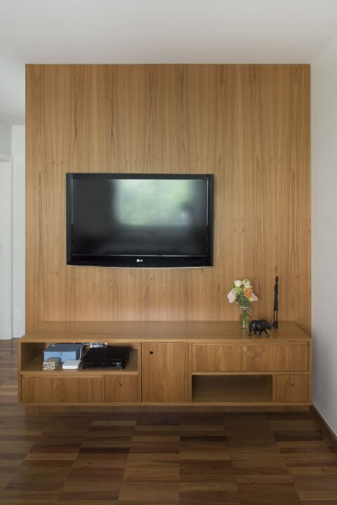 Rack para sala de madeira com painel para TV do mesmo material