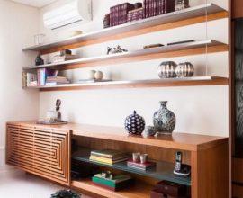 Rack para sala de madeira e prateleiras do mesmo material Projeto de Olegário de Sá