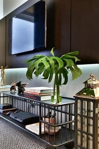 Rack para sala industrial com objetos de decoração