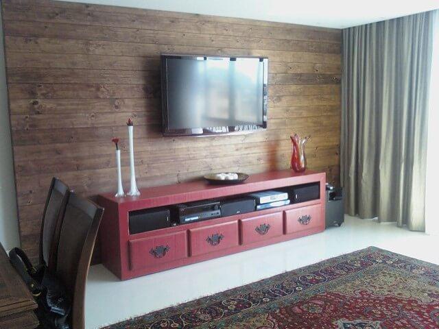 Rack para sala com painel de madeira na cor vinho