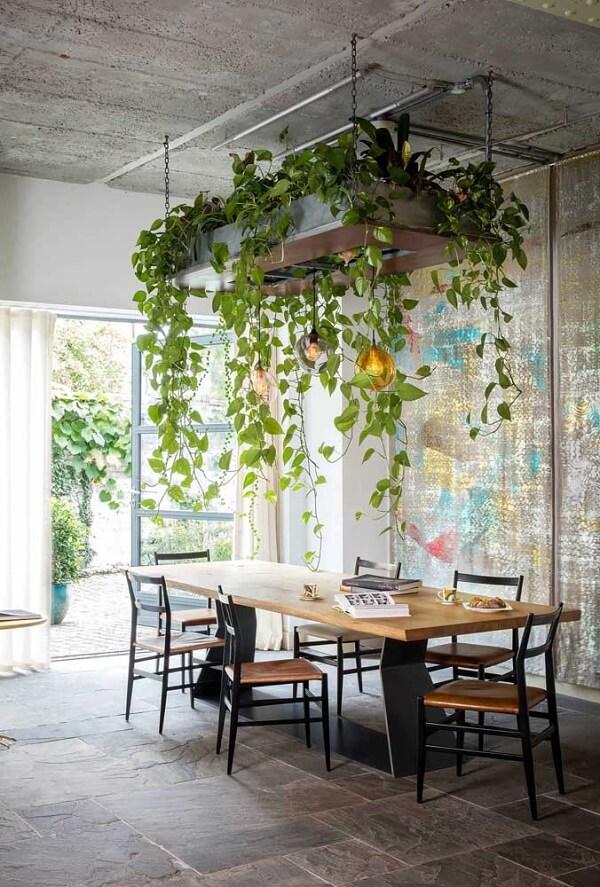 Sala de jantar decorada com jardim suspenso