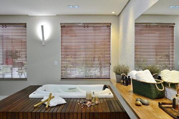Spa em casa com espelho na parede Projeto de Jamile Lima