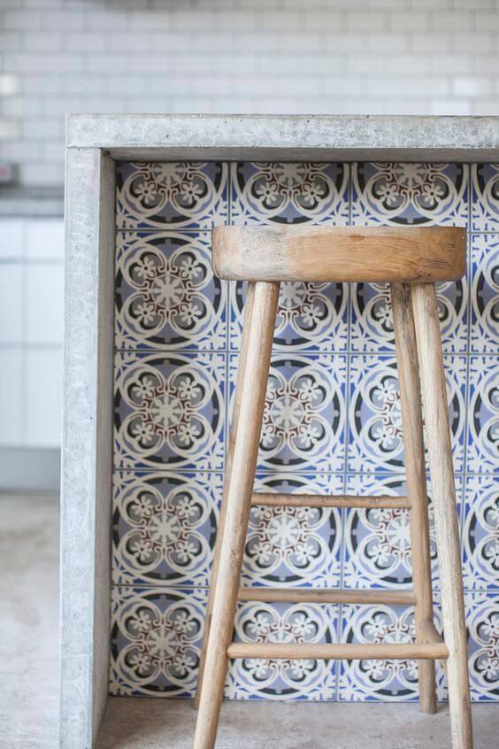 azulejo portugues balcao com banqueta rustica