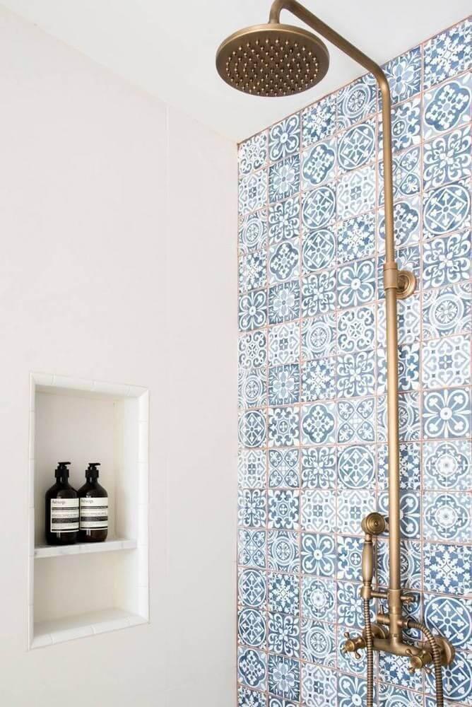 azulejo portugues banheiro com chuveiro dourado