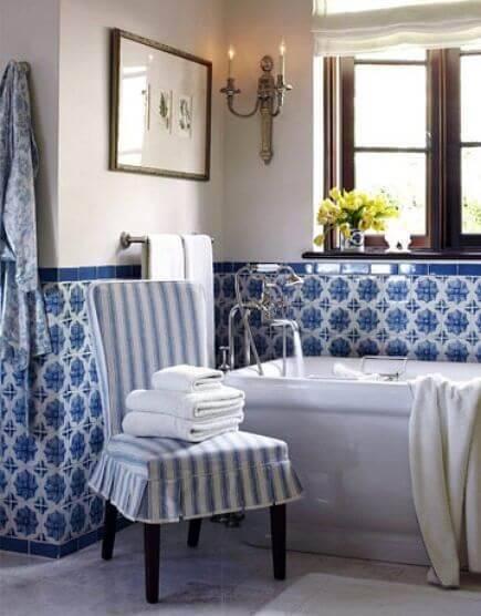 azulejo portugues banheiro com poltrona