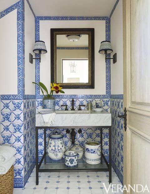 azulejo portugues banheiro com vasos e azulejos
