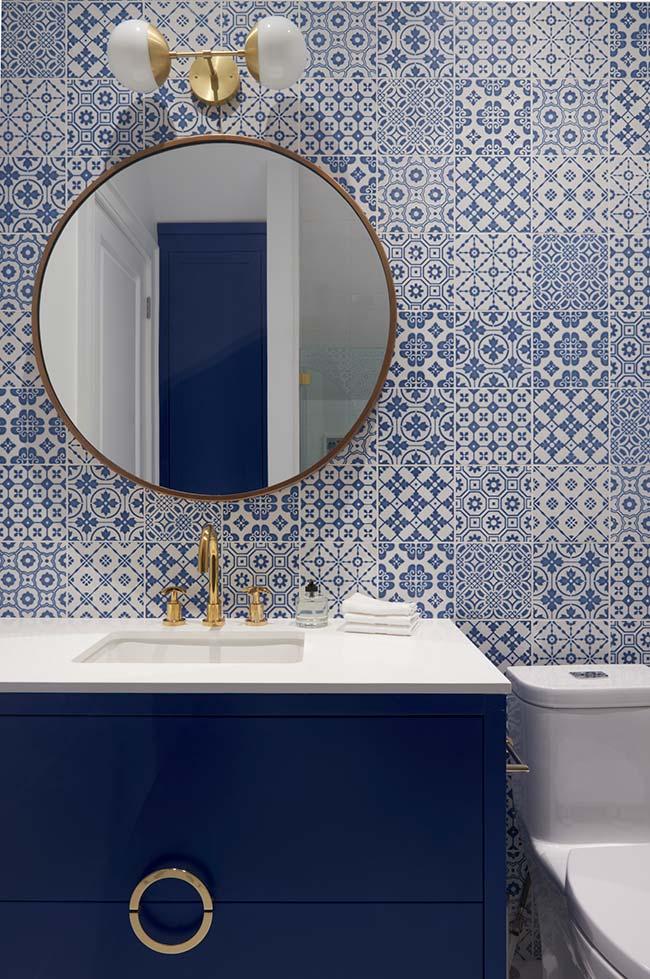 Banheiro com azulejo português e armário azul