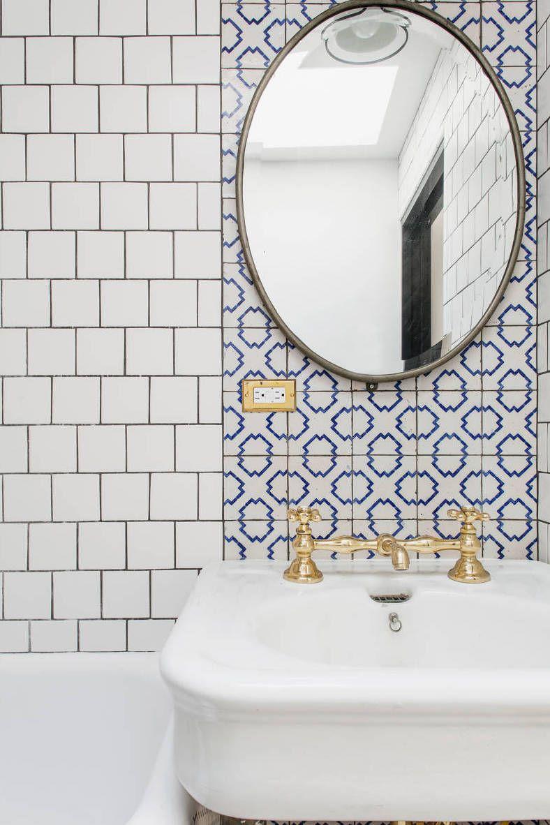 Azulejo português com torneira dourada