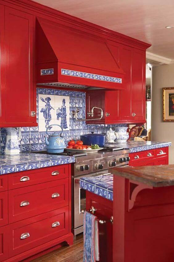 azulejo portugues cozinha com armario vermelho