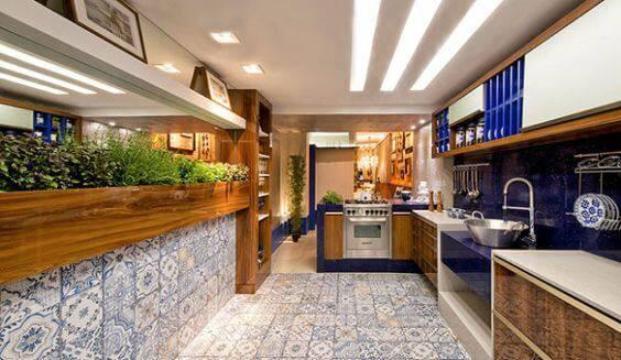 azulejo portugues cozinha com detalhes azuis