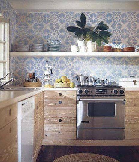 azulejo portugues cozinha com madeira rustica