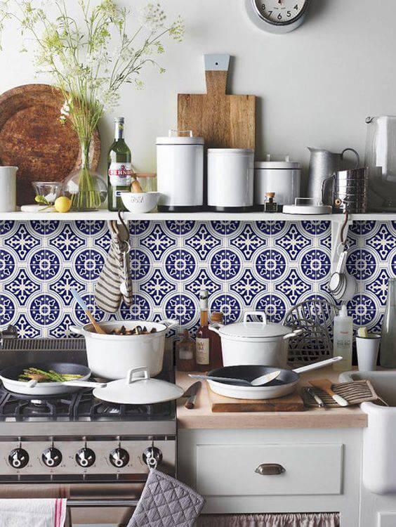 azulejo portugues cozinha com panelas brancas