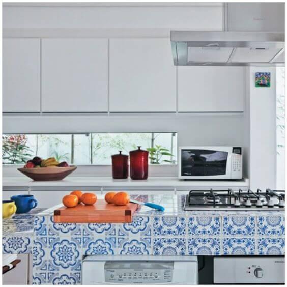 azulejo portugues cozinha moderna com balcao