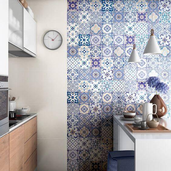 azulejo portugues cozinha pequena com balcao