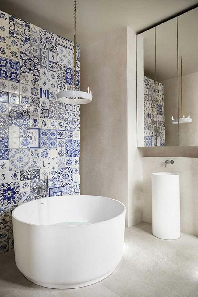 Parede do banheiro com azulejo português