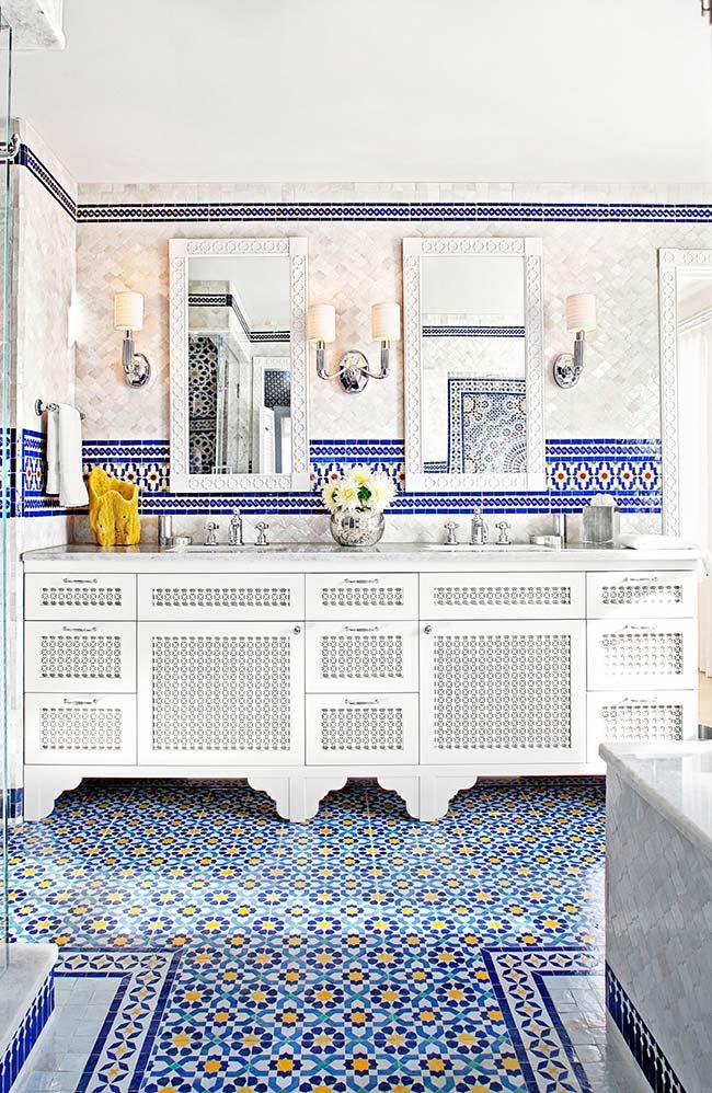 Banheiro grande com azulejo português