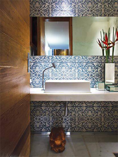 azulejo portugues no banheiro parede completa