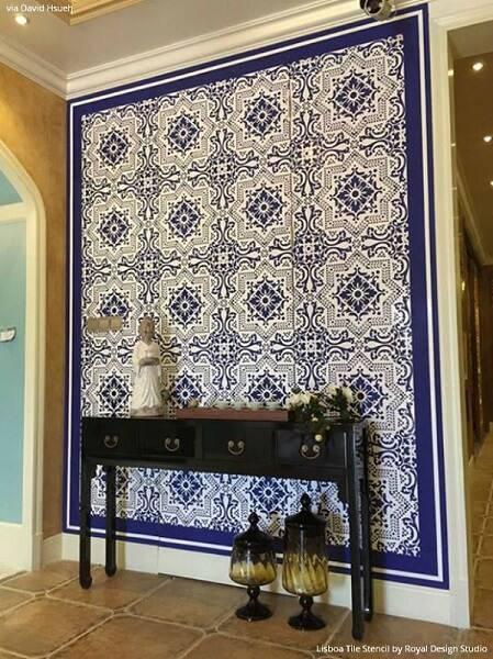 azulejo portugues parede vazia com aparador