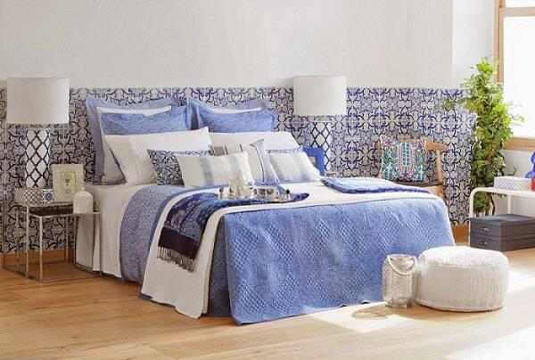 azulejo portugues quarto de casal com papel de parede