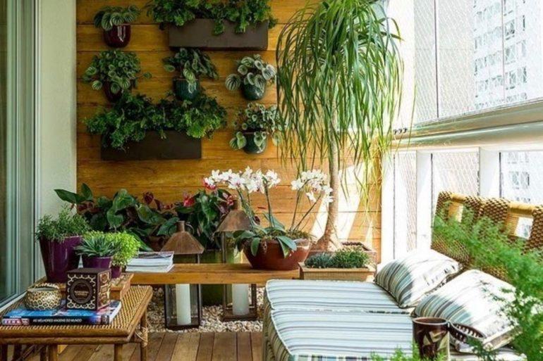 Belo jardim suspenso na varanda