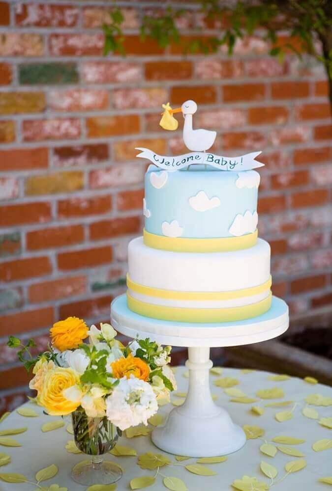 bolo para chá de bebê com pequena cegonha no topo Foto Style Me Pretty