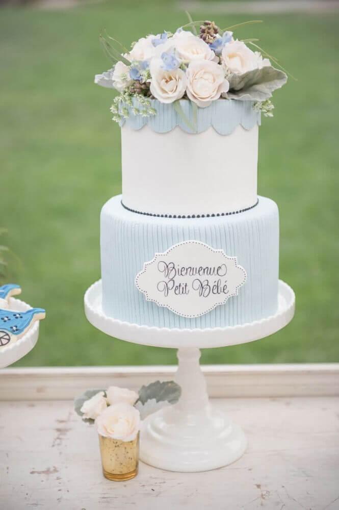 bolo para chá de bebê menino azul com arranjos de flores no topo Foto Style Me Pretty