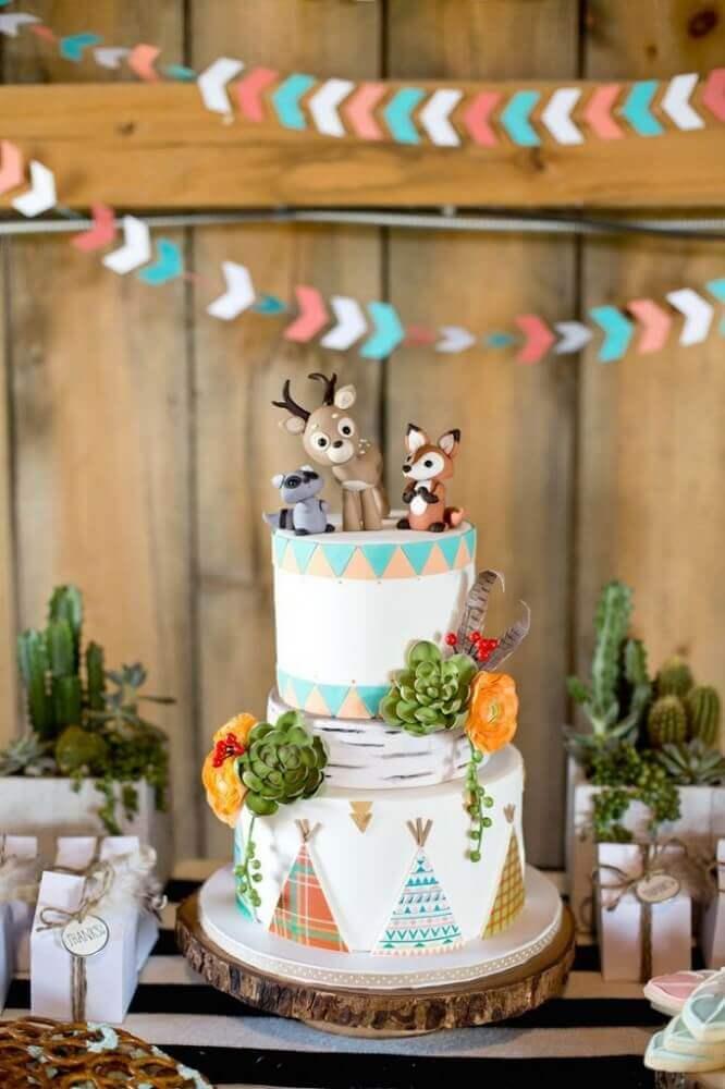 bolo para chá de fralda decorado com animaizinhos no topo e suculentas Foto Tinyme
