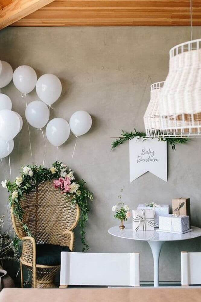chá de bebê decorado com balões brancos Foto 100 Layer Cake