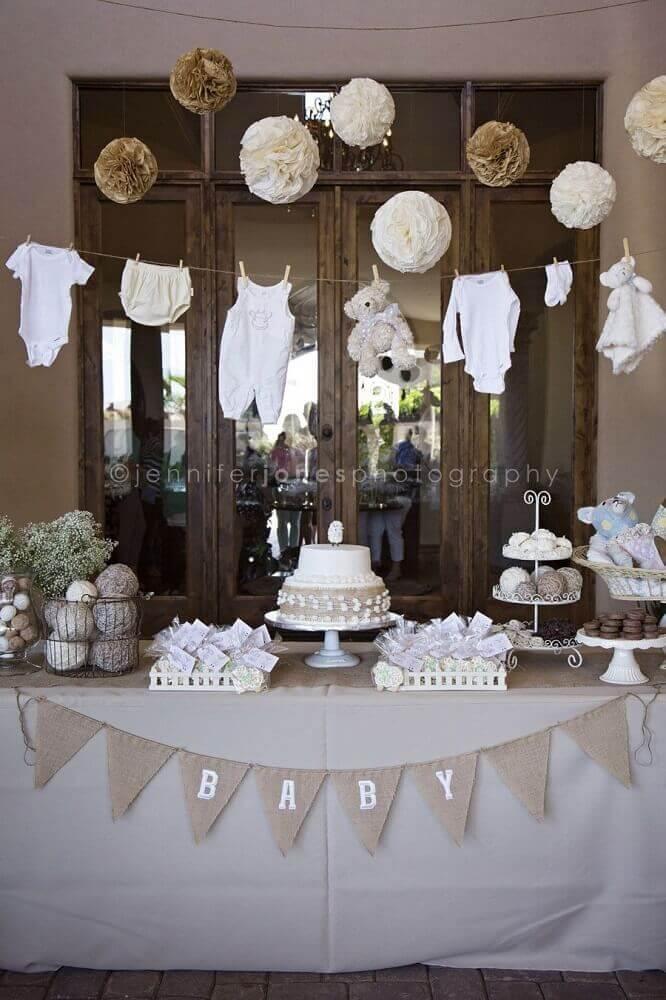 chá de fralda decorado em tons neutros com varal de roupinhas Foto Baby Shower
