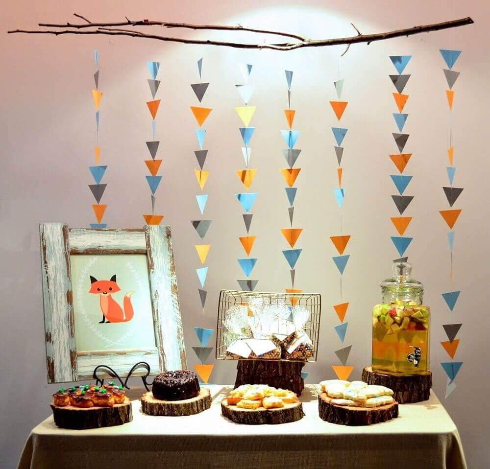 chá de fralda simples e rústico com varal de triângulos coloridos e quadrinho de raposa Foto Wyllie for Governor