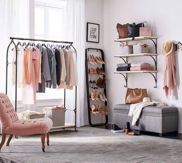 Closet pequeno e modulado simples