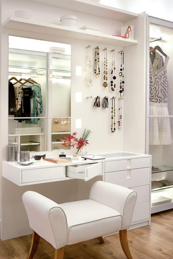 Closet pequeno com penteadeira moderna