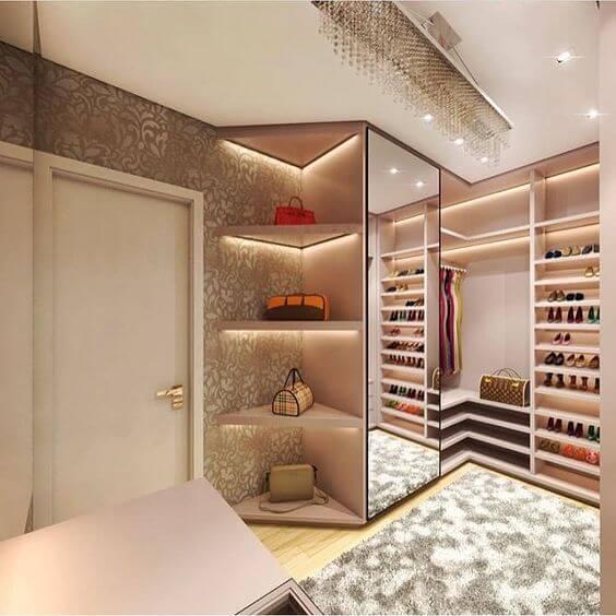 Closet pequeno com porta espelhada
