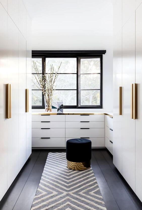 Closet pequeno com portas e gavetas
