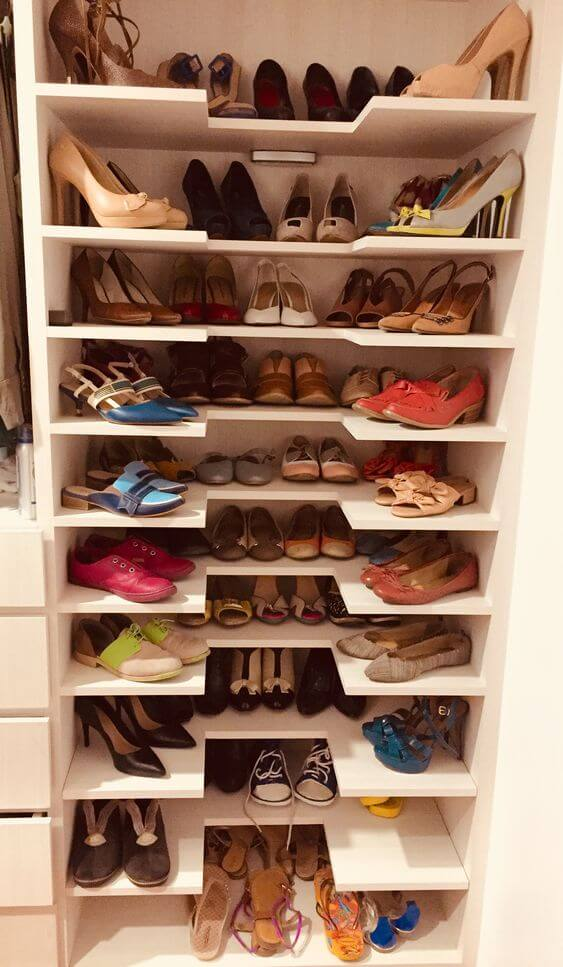 Closet pequeno com sapateira moderna