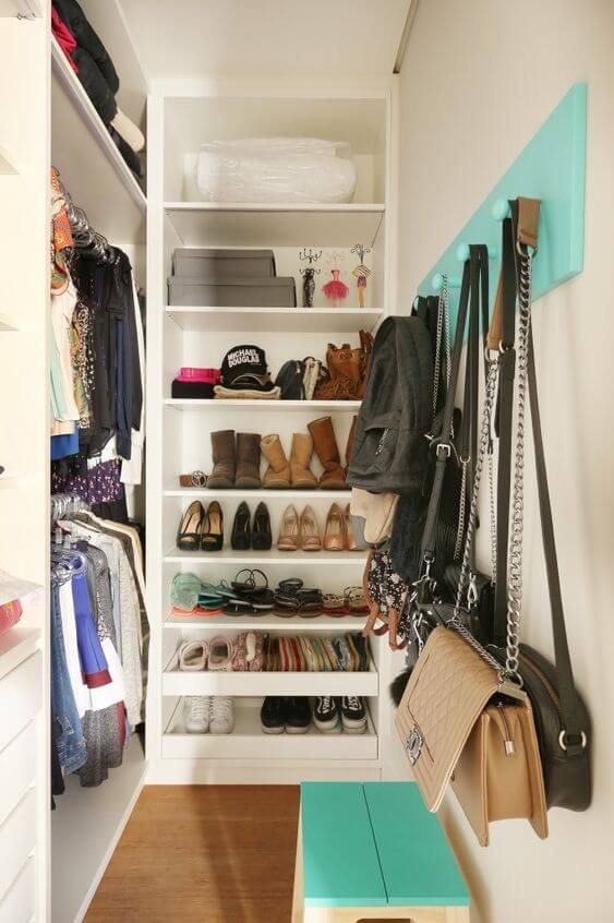 Closet pequeno com sapateira