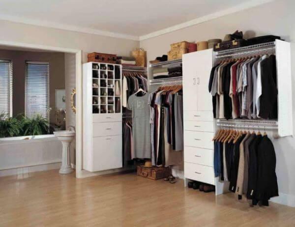 Closet pequeno no quarto de conceito aberto