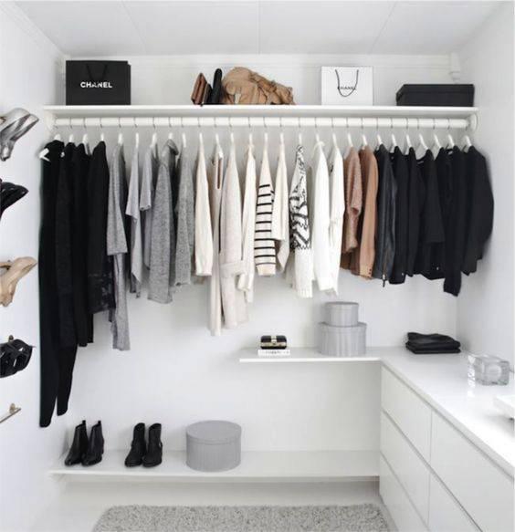 closet pequeno e barato branco com roupas neutras