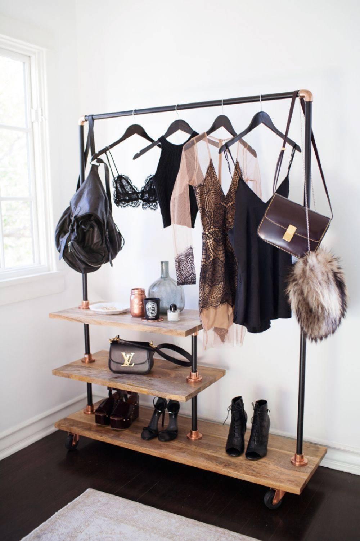 closet pequeno e barato com arara de ferro e madeira
